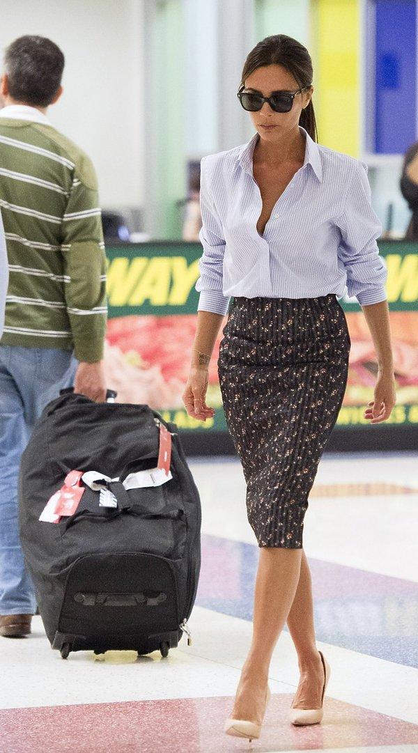 Victoria Beckham w białej koszuli i spódnicy ołówkowej