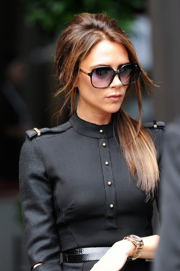 Victoria Beckham w czarnej kurtce militarnej