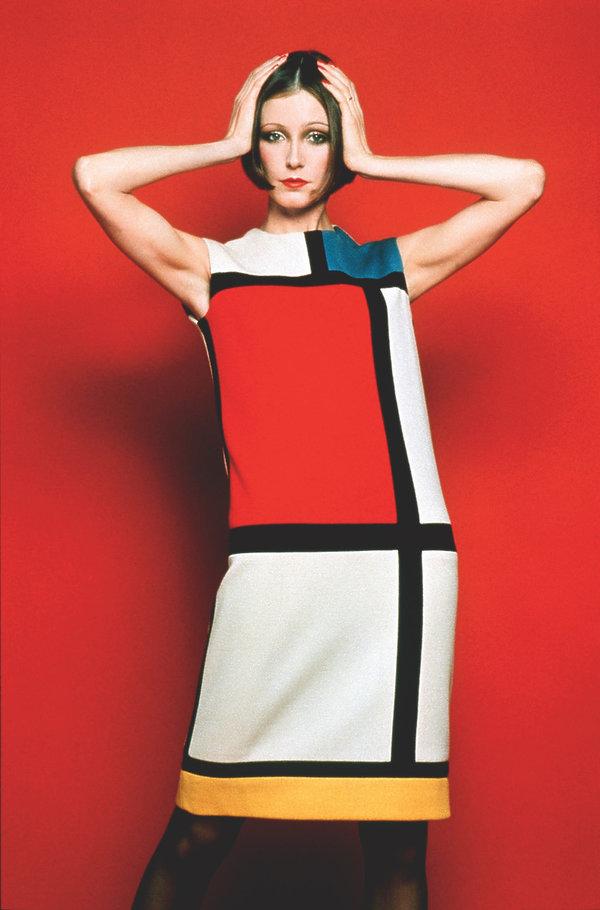 Wystawa w Musée Yves Saint Laurent Paris suknie Mondriana